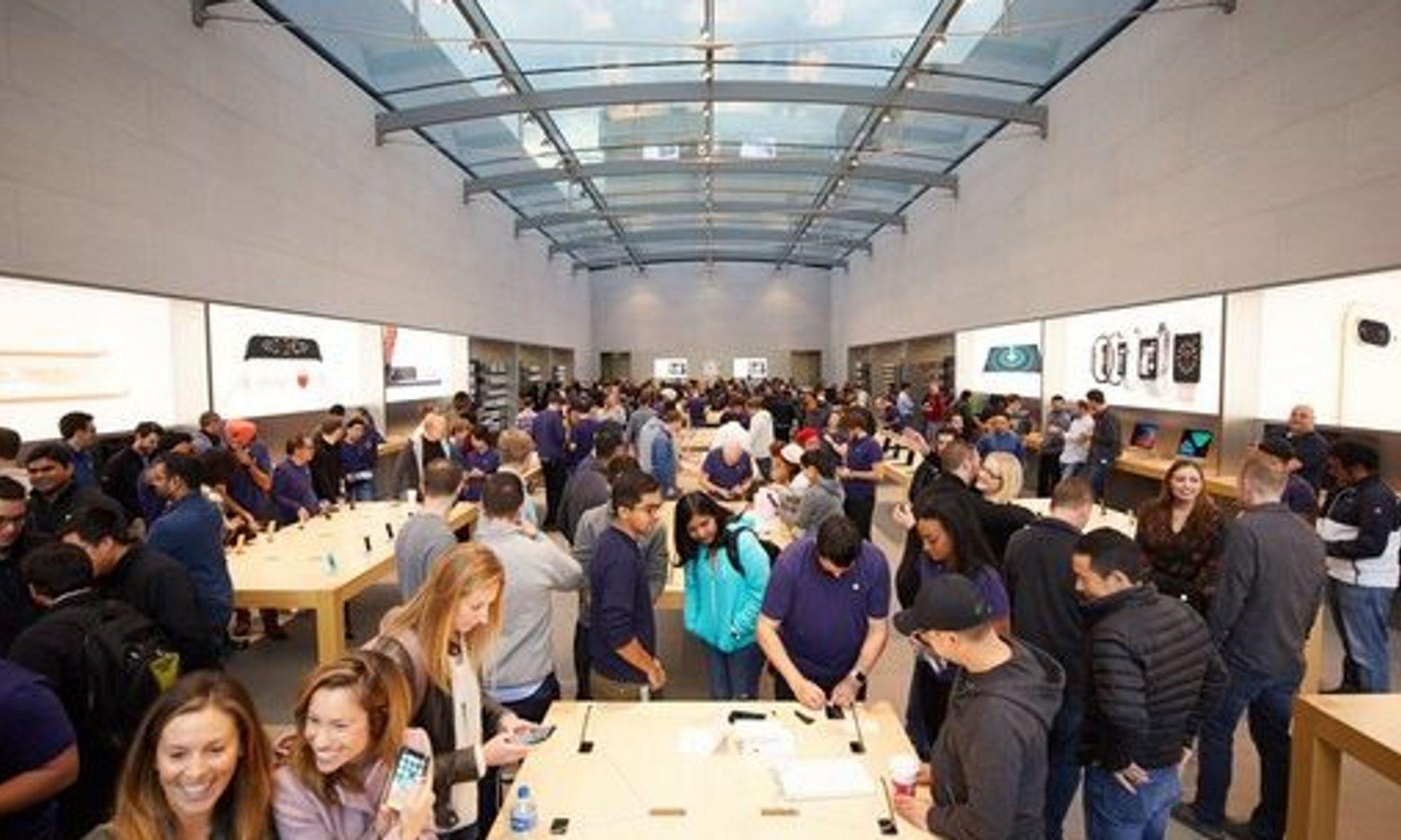 Gente viendo los nuevos modelos de Apple que presumen tener la pantalla más grande