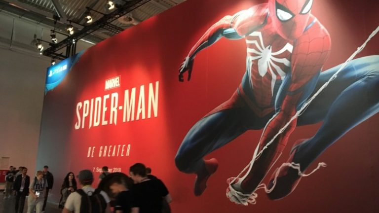Sticker gigante que cubre toda la pared con una imagen de Spider Man dentro de Gamescom 2018