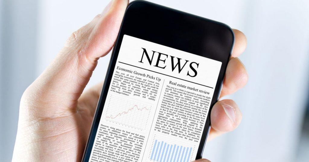 Celular con una de las aplicaciones enlistadas en el artículo