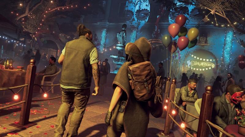 Dos personajes de Tom Raider caminan por un escenario, Lara Croft aparece en primer plano de espaldas