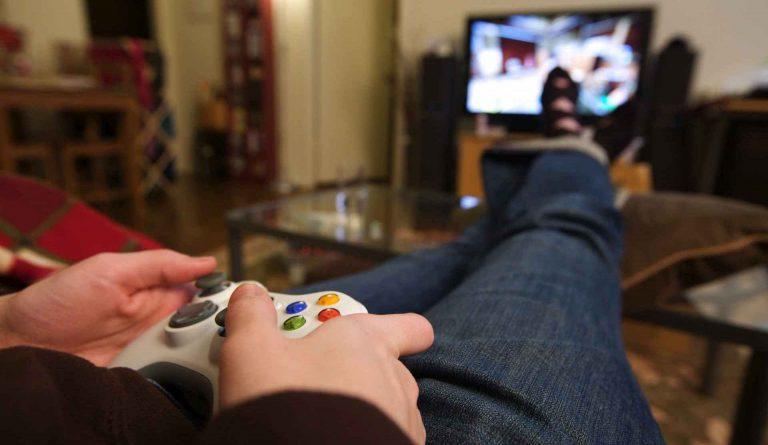 Gamer de Xbox jugando en los nuevos servidores