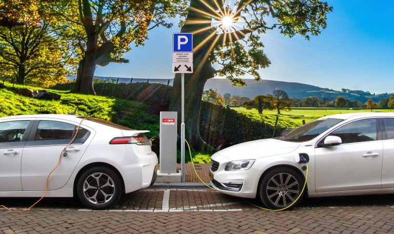 Carros eléctricos cargando