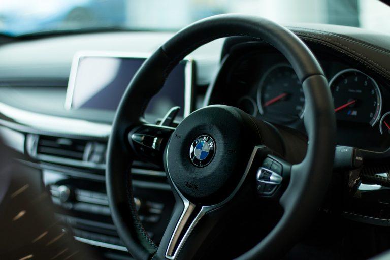 volante de un automóvil nuevo