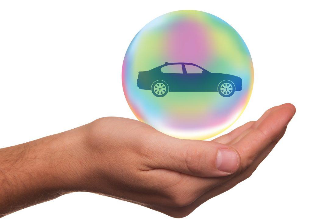 persona y burbuja protegiendo un auto
