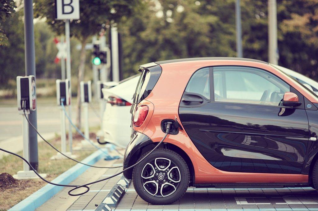 Carro eléctrico cargando