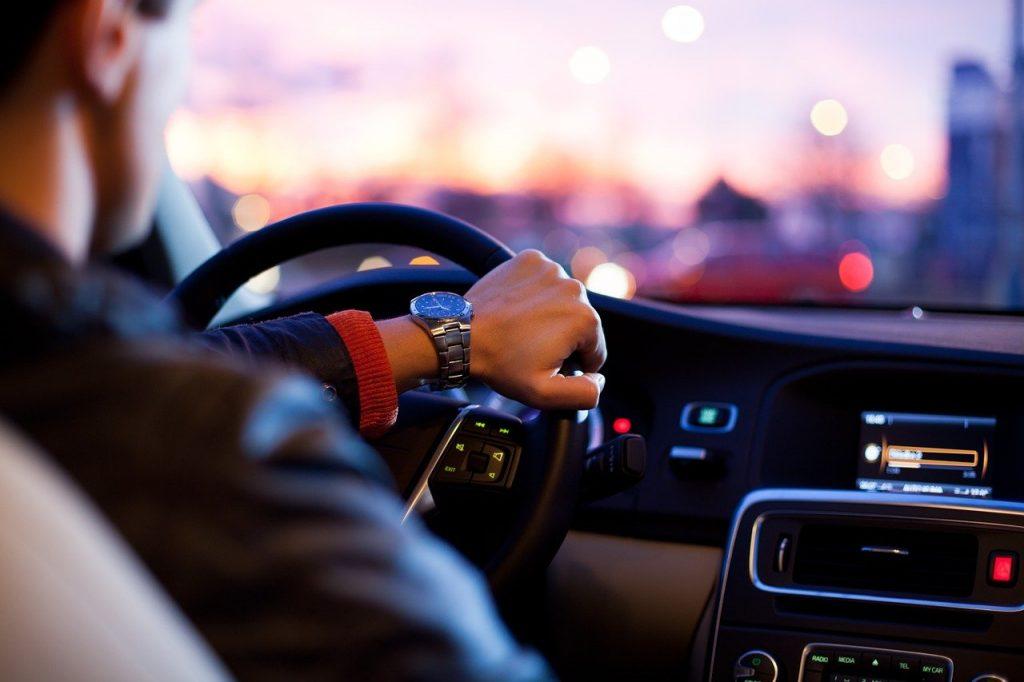 hombre conduciendo su automóvil
