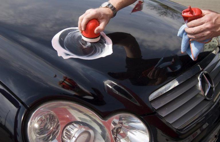 hombre lavando su carro