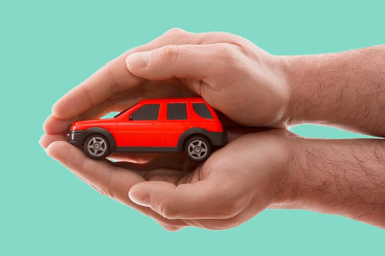 hombre protegiendo su automóvil