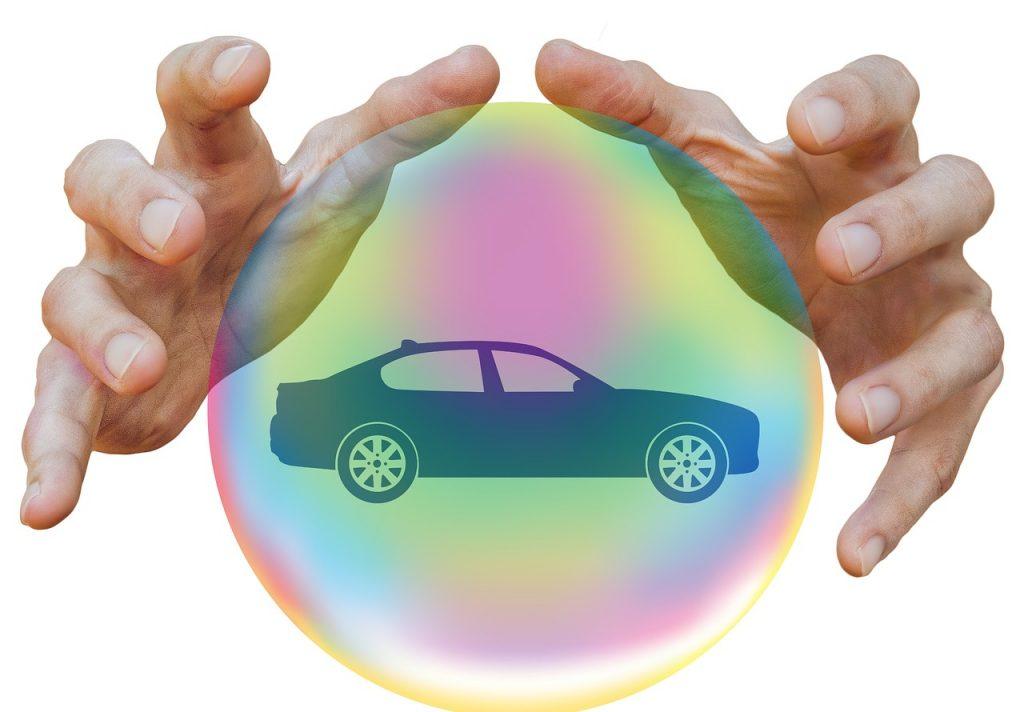 mujer protegiendo su auto con un seguro