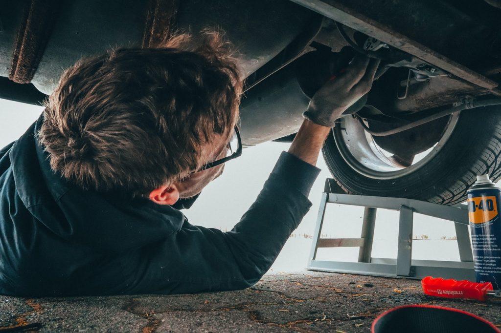 hombre reparando su automóvil