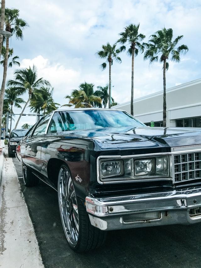 Auto clásico estacionado