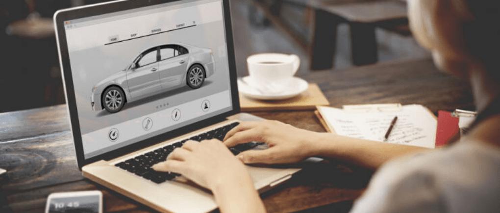 Persona revisando auto en computadora