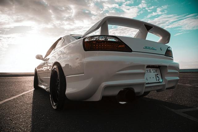 Auto color blanco estacionado