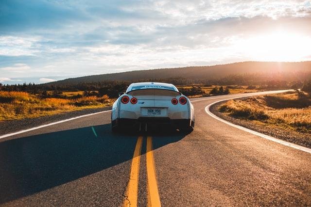 Automóvil en carretera
