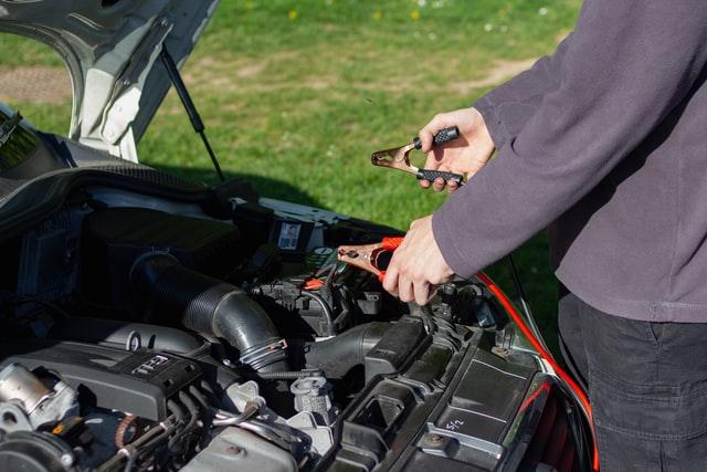 Hombre arreglando auto