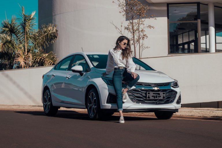 Mujer recargada en su auto